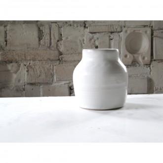 A white porcelain vase   Va_2021_01_1