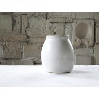A white porcelain vase | Va_2021_01_3