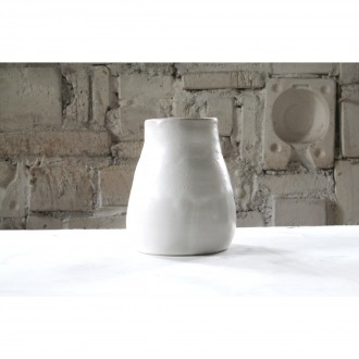 A white porcelain vase | Va_2021_01_7
